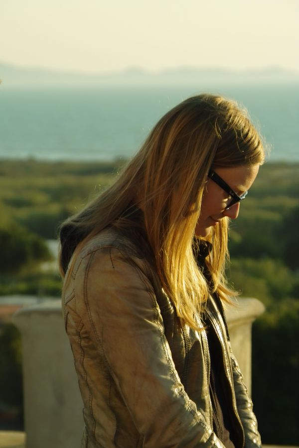 019 study leader Merel Somhorst listening to poetry on the rooftop of the villa